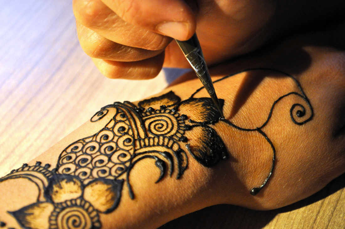 Drawing henna in action